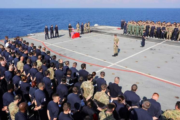 'Act of Remembrance': HMS 'Ocean' desliga os motores no meio do Mediterrâneo, para reverenciar os britânicos que, em conflitos do passado, deram suas vidas pela Coroa