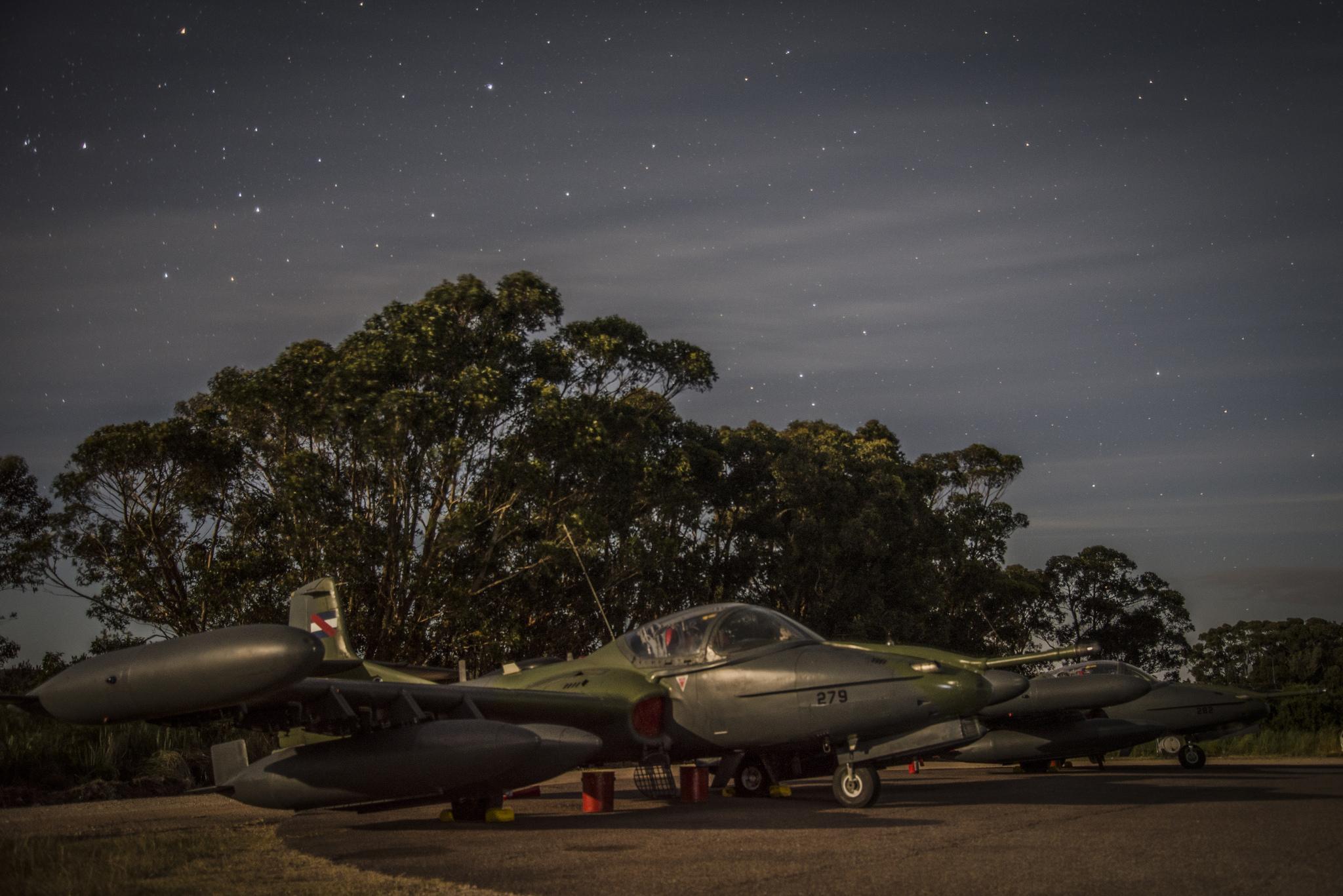 GALERIA: Quase toda a Aviação de Caça do Uruguai (dois Cessnas A-37B) está na rodovia! (Um exercício para testar a habilidade dos pilotos e o preparo das equipes de manutenção…)