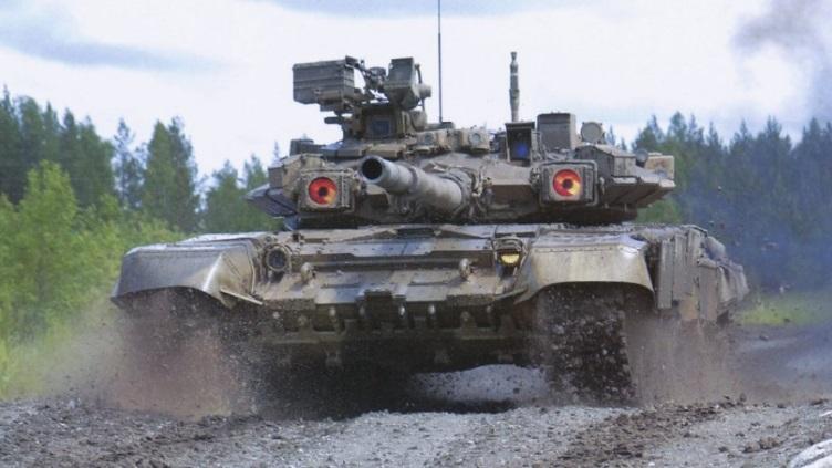 TECNOLOGIA/PREÇO: Russos entregam o MBT de exportação T-90S (com proteção eletro-óptica que interfere nos designadores de alvo do inimigo) por USD 3,9 milhões a unidade