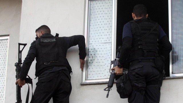 SEGURANÇA PÚBLICA: Operação tenta prender 16 PMs acusados de receber propina e vender armas a traficantes no Rio de Janeiro