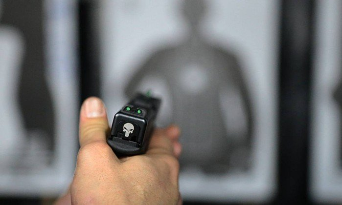 Ministério Público Federal (MPF) pede concessão de posse de arma a civis sem comprovação de necessidade.