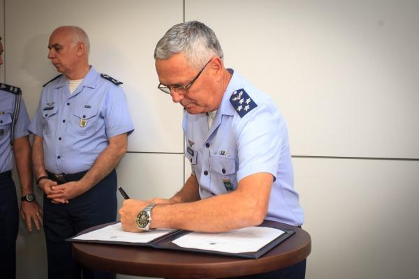 Comandante da Aeronáutica  assina portarias que modificam estruturas de subordinação das bases