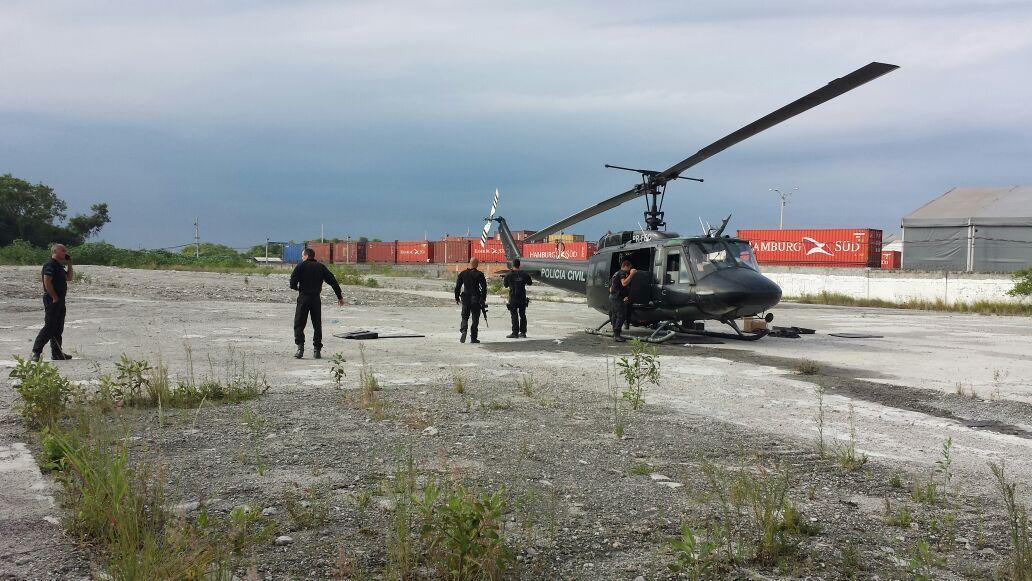 Helicóptero da polícia civil do RJ fez pouso de emergência  logo após se atingido por tiros próximo ao complexo da maré