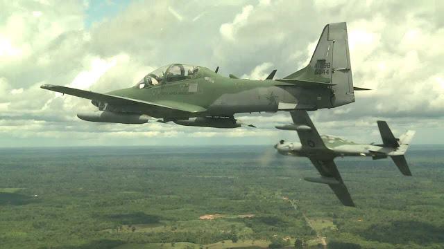 Aviões A-29 Super Tucano da Força Aérea Brasileira realizam interceptação de avião com drogas