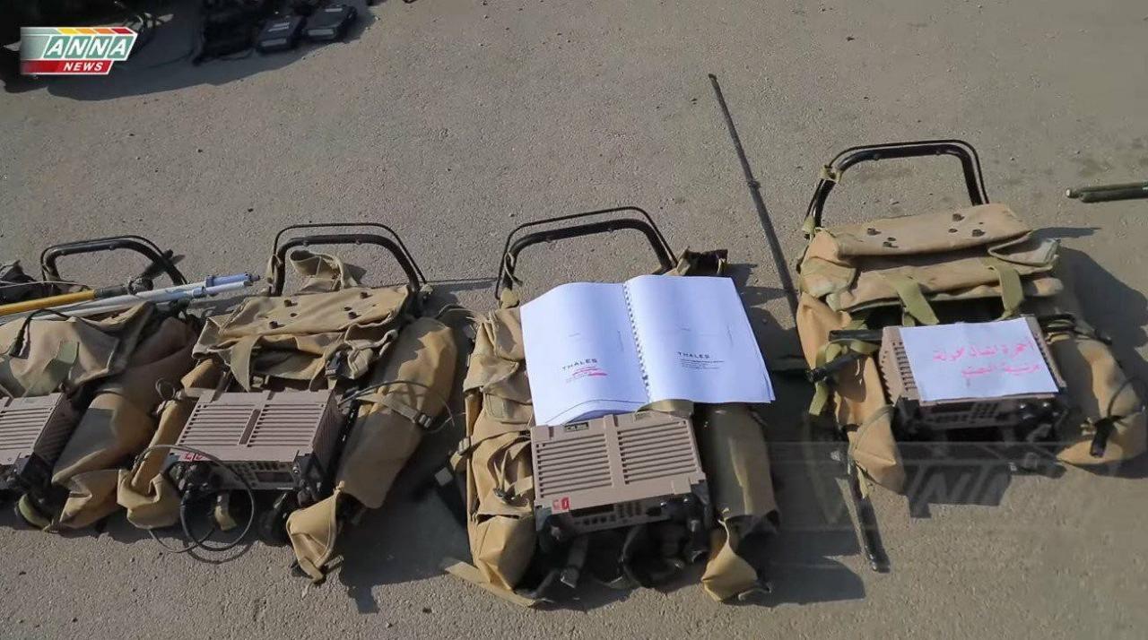 Pago com Imposto do povo Francês- Os terroristas de Qalamoun que entregaram suas armas ao exército sírio tinham novos postos de comunicação de Rádio Digital: o prg4 de Thales