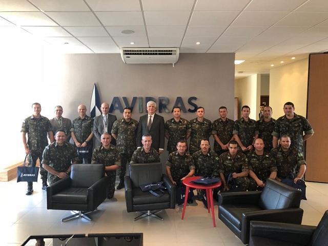 Militares do Centro de Instrução de Artilharia de Mísseis e Foguetes (CI Art Msl Fgt) visitam fábrica da AVIBRAS em São José dos Campos (SP).