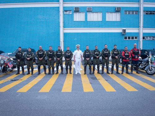 ADSUMUS: Batedores da Companhia de Polícia do Batalhão Naval (CiaPolBtlNav) fazem escolta do Comandante de Operações Navais da Marinha dos EUA