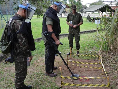 ADSUMUS: Batalhão de Engenharia de Fuzileiros Navais (BtlEngFuzNav) ministra instrução de Desminagem Humanitária para futuros Monitores Internacionais