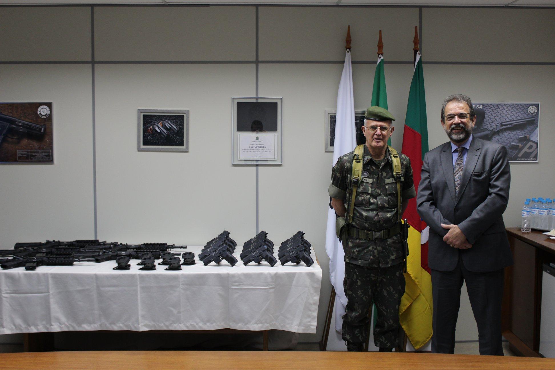 Taurus entrega lote de armas ao Exército Brasileiro.