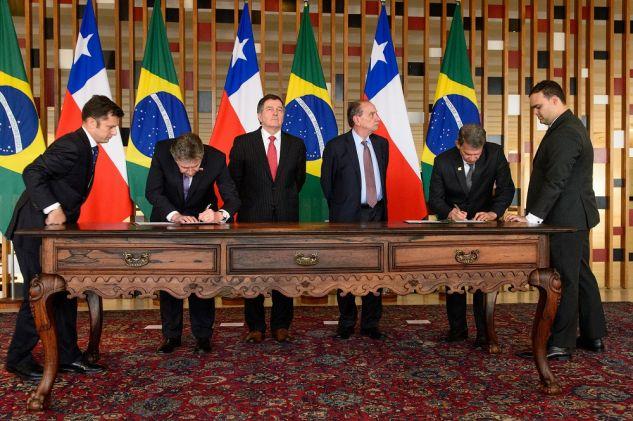 Militares brasileiros e chilenos firmam acordos de cooperação conjunta