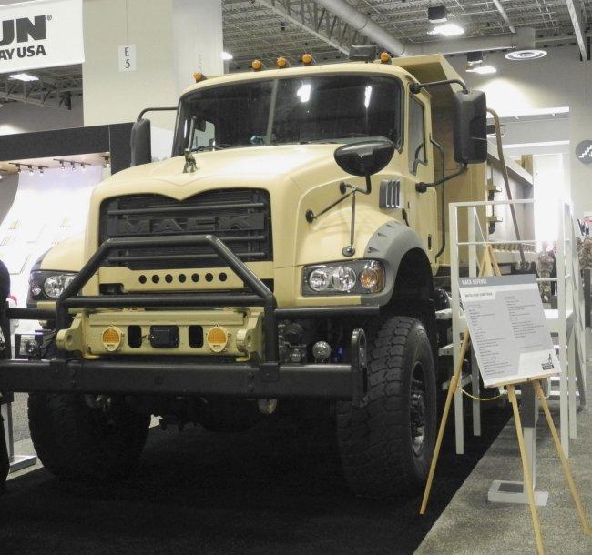 Mack Defense apresenta novo caminhão M917A3 Heavy Dump Truck (HDT) do US Army na AUSA 2018