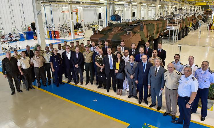 Embaixadores e adidos de defesa conhecem fabricação do Guarani, em Minas Gerais
