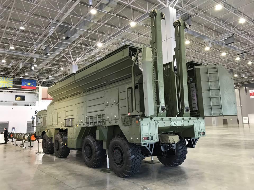 O Ministério da Defesa Russo apresentou o míssil 9M729 do sistema Iskander-M aos adidos militares