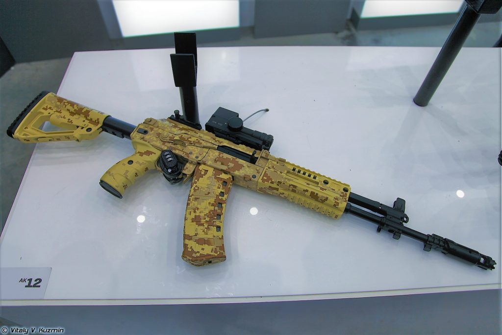 Rússia prioriza entregas dos fuzis de assalto Kalashnikov AK-12 para as tropas aerotransportadas.