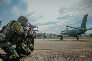 FAB PÉ DE POEIRA: Militares do Batalhão de Infantaria da Aeronáutica Especial de Canoas (BINFAE-CO)  realizam treinamento de medidas de controle de solo.