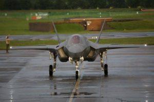 O caça de decolagem vertical F-35B de £70 milhões chega a Grã-Bretanha pela primeira vez